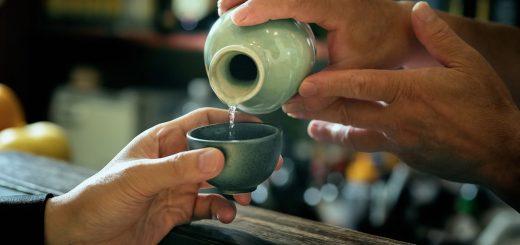 Choáng với lịch sử hình thành rượu truyền thống Nhật Bản, sử dụng nước bọt để làm enzyme lên men