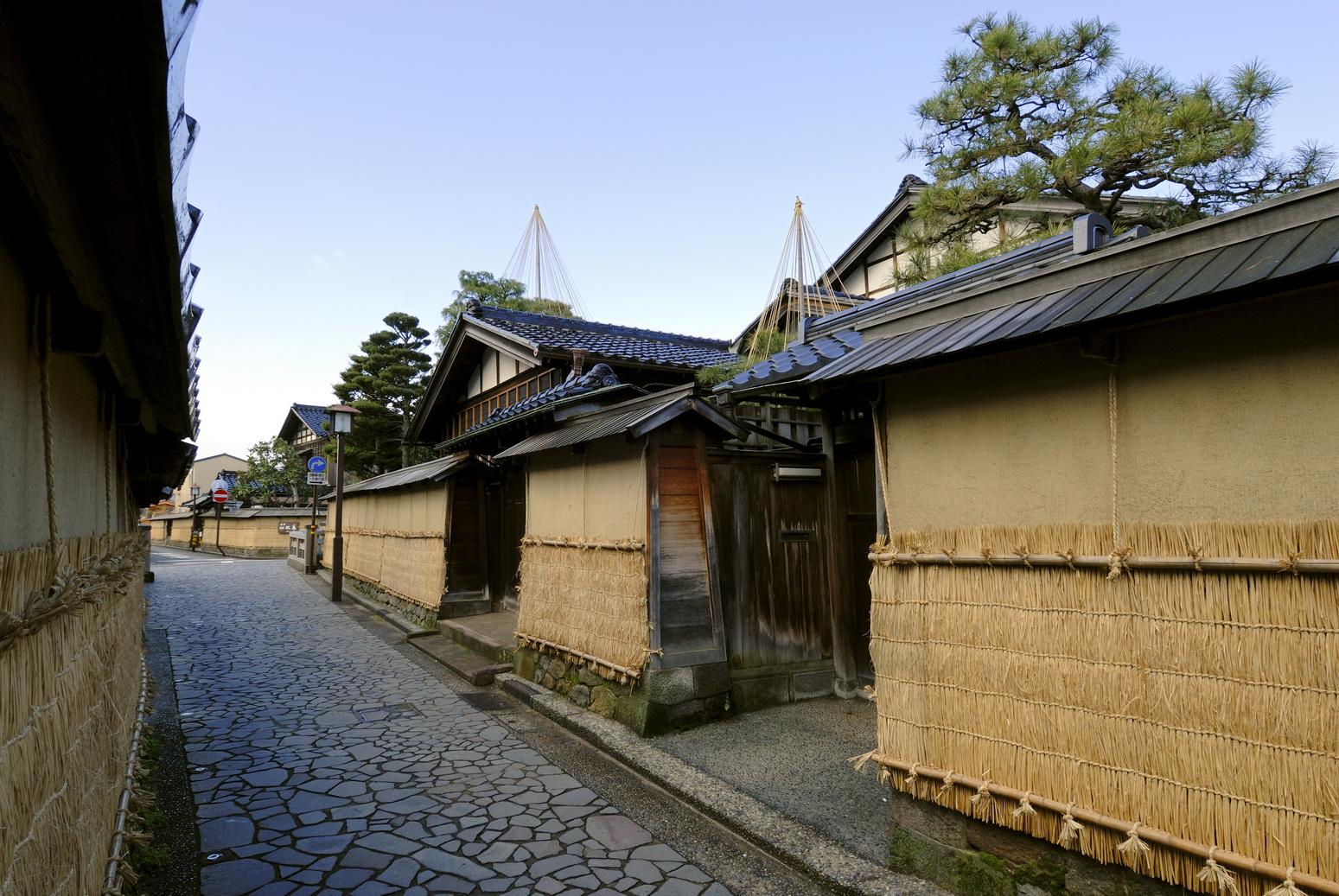 กำแพงบ้านที่ติดด้วยโคโมะ หรือเสื่อฟางในฤดูหนาว