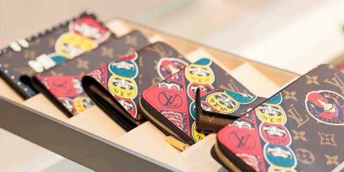 Louis Vuitton เปิดช็อปใหม่ที่อาโอยาม่าและ รวบรวมคอลเลคชั่นที่สะท้อนลวดลายความเป็นญี่ปุ่น เช่นตุ๊กตาดารุมะ นักแสดงคาบุกิ ลงบนเสื้อผ้า ผลงานของคันไซ ยามาโมโตะ มาไว้ที่นี่แล้ว