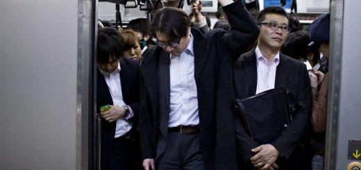 สื่อนอกตีแผ่ชีวิตคนวัยทำงาน ด้วยภาพถ่ายชุด Japanese Businessmen