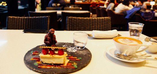 ใกล้ขนาดนี้ไม่มีอีกแล้ว ! พาไปชิมขนมพร้อมใกล้ชิดก็อตซิลล่าแบบฟินๆ ที่ Hotel Gracery Shinjuku