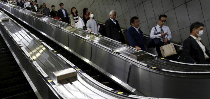 """ใครไปเที่ยวญี่ปุ่นต้องจด ตอนนี้ JR East ออกกฎ """"งดเดินบนบันไดเลื่อน"""" เพื่อแก้ปัญหาแออัดช่องทางสัญจรและลดอุบัติเหตุ"""